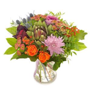 Höstbukett med blandade blommor i orange, lila, rött tillsammans med gröna blad. En grymt fin bukett ur Euroflorists höstsortiment.