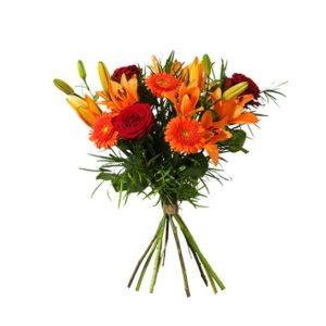 Vacker höstbukett med asiatisk lilja, rosor och germini. Blommorna i orange/rött. Sprid glädje med blommor från Interflora!