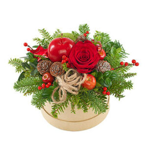 Rund ask med låg juldekoration i rött, grönt och brunt. Här med röd ros, röda bär, kottar och julkula. Skicka dekorationen med ett blomsterbud från Euroflorist!