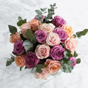 Bukett med rosor i blandade pastellfärger. Skicka buketten med bud via Interflora och uppvakta din vän på Alla Hjärtans Dag!
