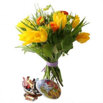 Påskbukett i gult, orange, grönt +ett påskägg med godis. Skicka med blombud från Florister i Sverige!