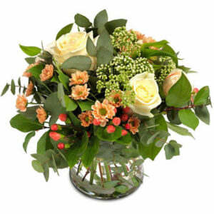 Bukett med blandade blommor i milda, ljusa färger. Ur Euroflorists sortiment.