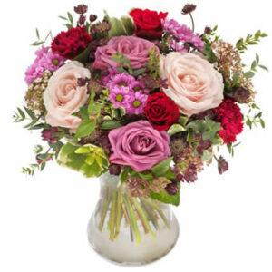 Bukett med blandade blommor i kärleksfulla färger. Låt floristen skapa! Ett alternativ hos Euroflorist.