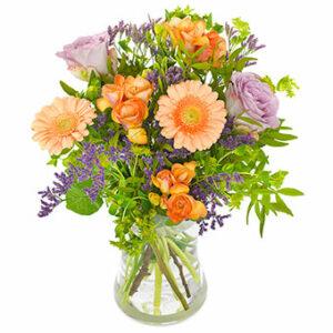 Vårbukett med blommor i orange och lila, från Euroflorist.