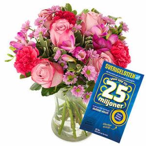 Bukett med blommor i rosa och cerise samt en Sverigelott. Beställ gåvan hos Euroflorist - skicka den med bud till Mors Dag!