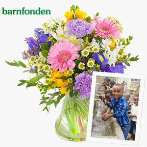 Bukett med blandade blommor i fina, ljusa färger. 200 kr går till Barnfonden. Ur Euroflorists utbud.
