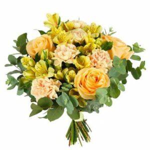 Blombukett med blandade blommor i gult/aprikost. Beställ blommorna online hos Florister i Sverige!