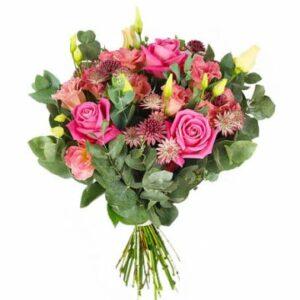 Bukett med rosa rosor, rosa snittblommor och grönt. Finns hos Florister i Sverige.