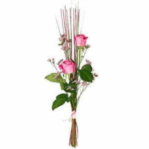 Enkel bukett med två rosor i nivå, gröna blad och blomsterpinnar (eller liknande). Skicka ett blommor till Mors Dag - beställ din gåva hos Florister i Sverige!