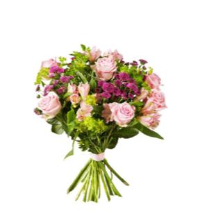 Bukett med rosa rosor och lila santini. Ur Interfloras sortiment.